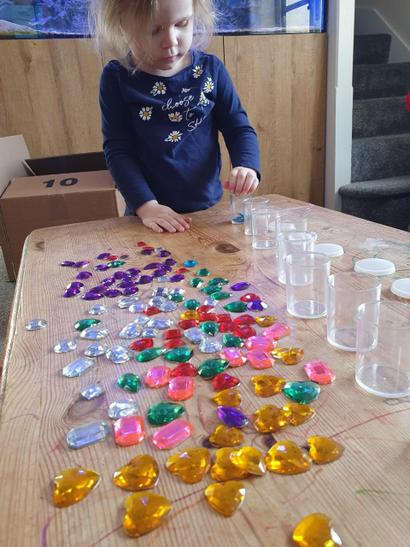 Skye is putting gems into coloured groups