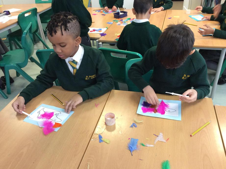 26/03/2021: This week in English we designed our own polar bears, based on the book 'Leaf'