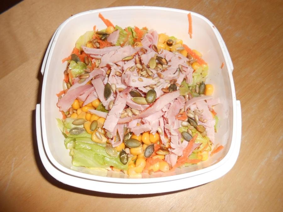 Lettuce, carrot, corn, ham and toasted seeds
