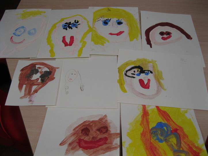 This week the children have enjoyed painting or drawing their self portraits! They thought carefully about which colours and shapes they should be using and used mirrors to observe their facial features. We were very impressed the result.