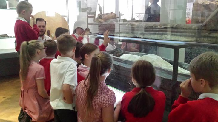 The children meet Asru the mummy