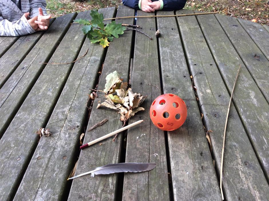 The children made a discovery table.