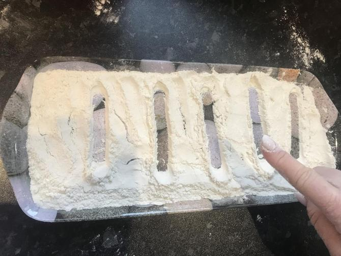 Make a flour tracing tray