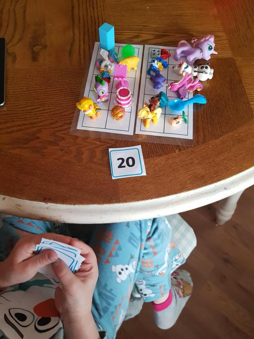 Klaudia used the ten frames and number cards.