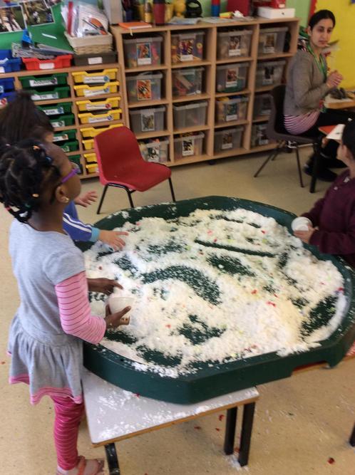 Snow explorative play!