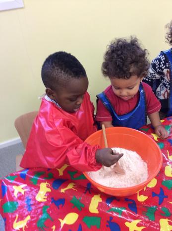 Chidlren are making playdough