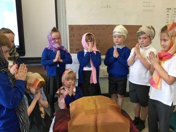 Y2 welcomed the Sikh holy book, the Guru Granth Sahib and made comparisons with the bible.