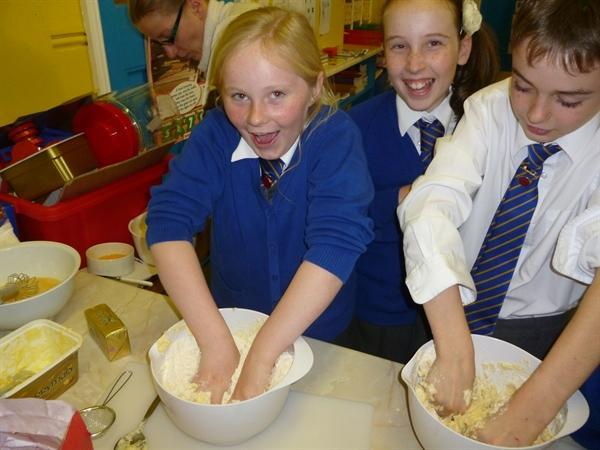 Cookery club makes Lithuanian cookies