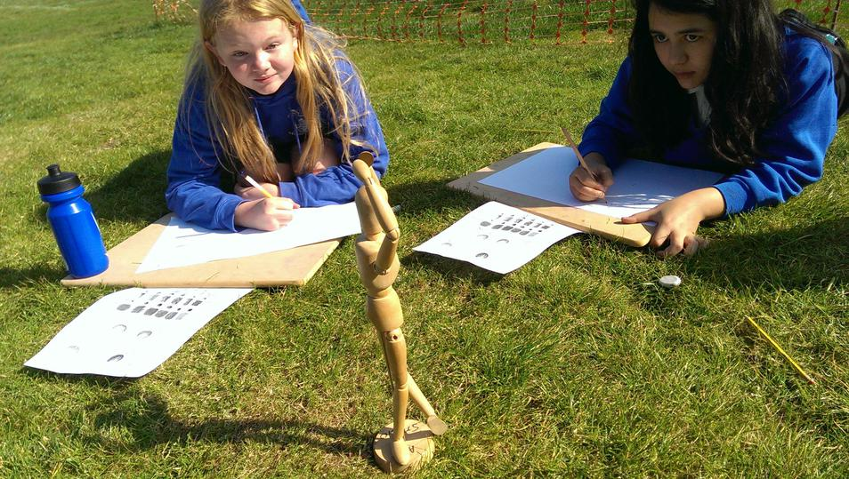 Photo's of pupils drawing