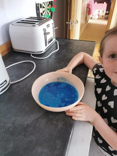 Lily's Science experiment fun with her mummy and daddy 🌟