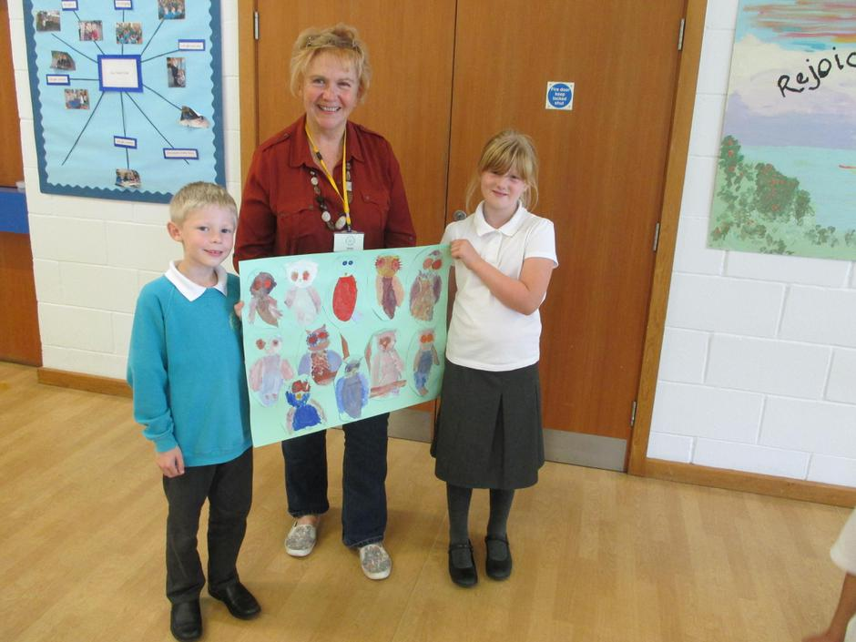 Local artist Dee Cowell with Trinity children.