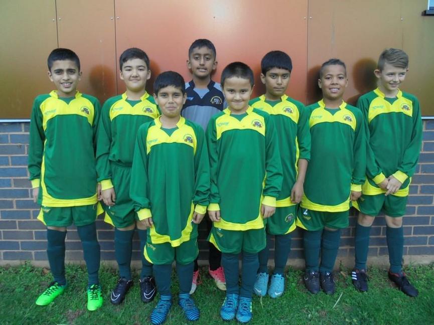 Victoria football team against St Modwens