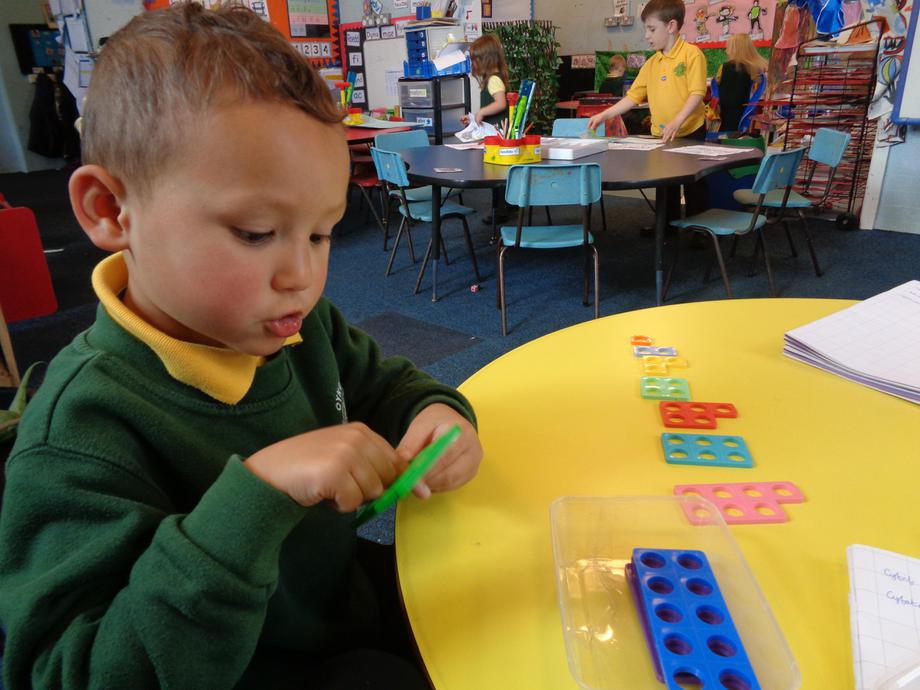 Gwneud llinell Numicon ~ Making a Numicon line