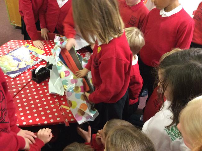 Agor yr anrheg! Opening the present!