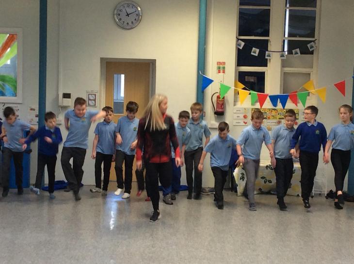 Dawnsio Gwyddelig gyda Leanne / Irish dancing!
