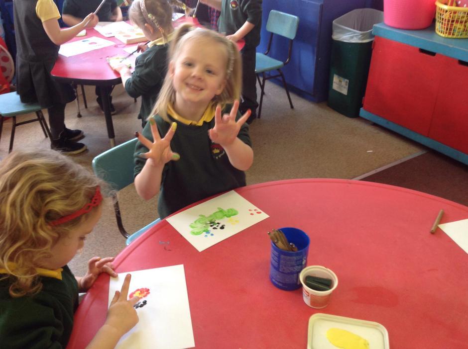 Peintio gyda bysedd~ Painting with our fingers!