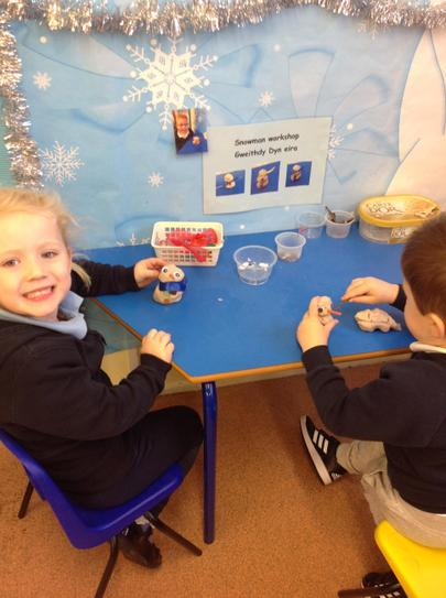 we have a snowman workshop/Geithdy dyn eira