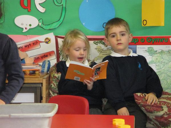 Reading in the 'cwtch'!