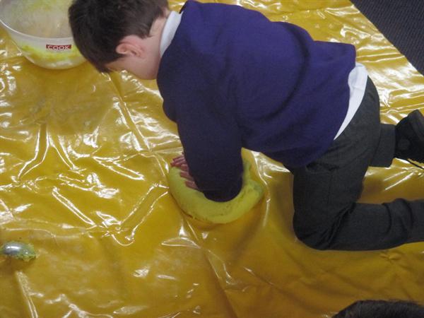 Creu toes / Making playdough