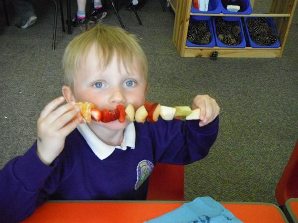Blasu ffrwythau/ Tasting fruit