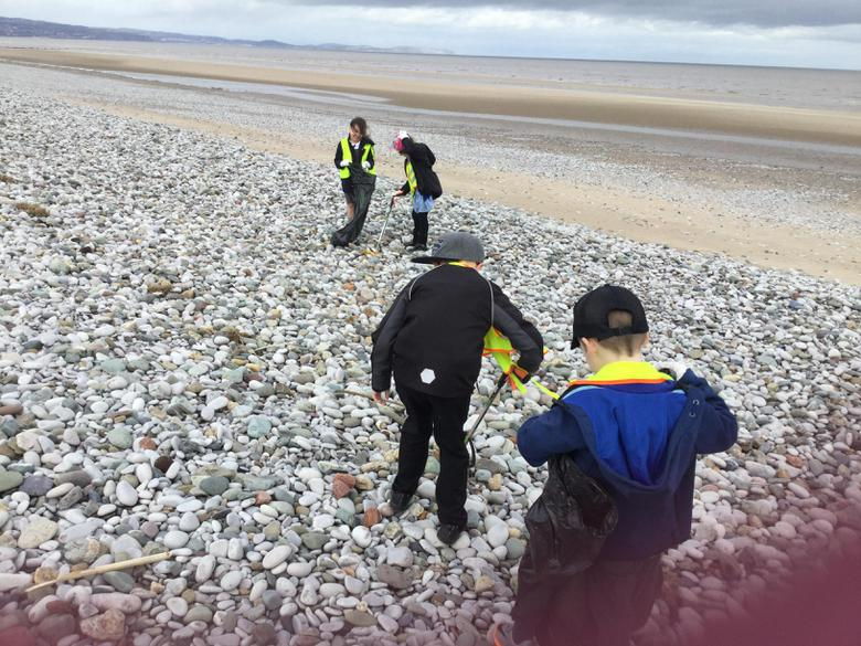 Littering picking to reduce plastic pollution