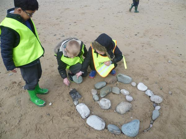 Working together to make beach art